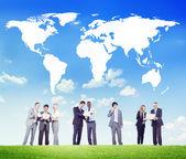Mapa de gente de negocios con el mundo — Foto de Stock