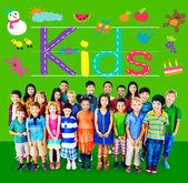Símbolo de los niños con el grupo de niños multiétnicos — Foto de Stock