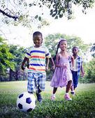 Çocuk futbol doğa üzerinde oyun — Stok fotoğraf