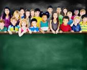 Dostluk, çocuklar grup ve Blackboard çeşitliliği — Stok fotoğraf