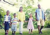 Gelukkige Afrikaanse familie in het park — Stockfoto