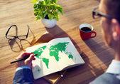 Affärsman som jobbar med miljö koncept — Stockfoto