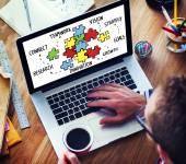 Empresário trabalhando no laptop — Fotografia Stock