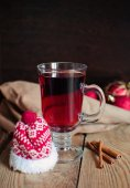 Christmas mulled wine in the glass with red hat — ストック写真