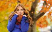 Autumn portrait of beautiful attractive stylish young woman in b — Stock Photo