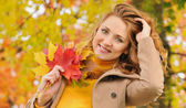 Portrait of beautiful attractive stylish young woman in autumn p — Stock Photo