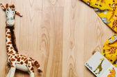Quadro horizontal de material e brinquedos para o bebê recém-nascido na ba de madeira — Fotografia Stock
