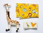 トップ ビューのものと生まれたばかりの赤ちゃんのためのおもちゃのセット — ストック写真