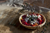 Homemade tartellette  with red peppers greek cheese black sesame and thyme — Stock Photo
