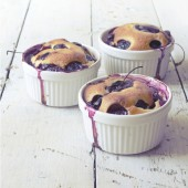 Vintage polaroid instagram of three clafoutis with blueberries and cherries on ceramic ramekins on rustic vintage background — Stock Photo