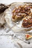 素朴なぬいぐるみいちじくパイ アーモンドで覆われ、フォークでヴィンテージ背景にイチジクのスライスを砂糖漬け — ストック写真