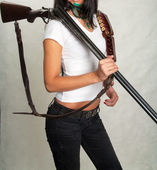 Hunting rifle, a girl with a gun — Stock Photo