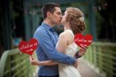 Una historia de amor, un hombre joven y una mujer aman, caminan en el parque, beso y abrazo — Foto de Stock