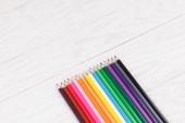 Kleur potloden op houten achtergrond — Stockfoto