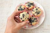 Hand holding blueberry muffin — Stock Photo