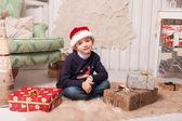 Malý chlapec s dárkové vánoční interiéru — Stock fotografie