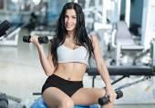 Žena, která dělá cvičení v tělocvičně — Stock fotografie