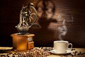 Coffee mill and coffee cup  — Stock Photo