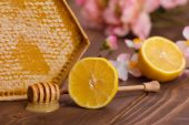 Delicious honeycomb with lemon on wooden table — Foto de Stock