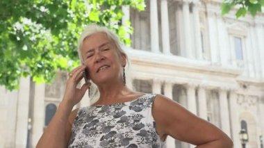 Žena pomocí telefonu — Stock video