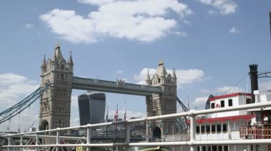 Couple enjoying tower bridge — Stock Video