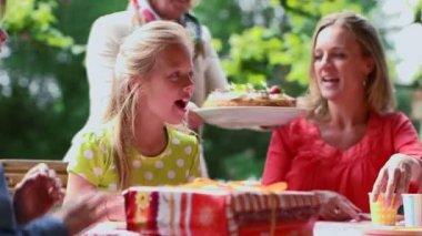 Rodzina obchodzi urodziny — Wideo stockowe