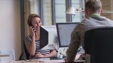 Empresária, falando no telefone — Vídeo stock