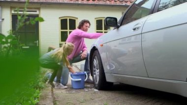 Father and daughter washing car — Стоковое видео