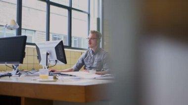 бизнесмен, использующий компьютер — Стоковое видео