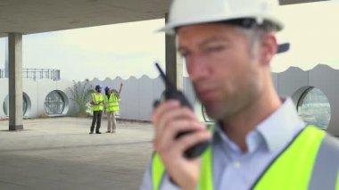 Man talking on walkie-talkie — Stock Video