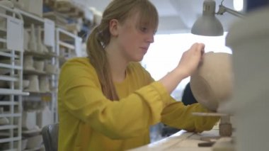 Artist carving crafts product in workshop — Stok video