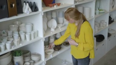 Potter checking pottery in workshop — Stock Video