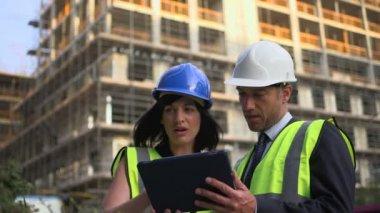 Man en vrouw met digitale tablet — Stockvideo