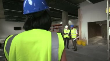 Men and woman at construction site — Stock Video