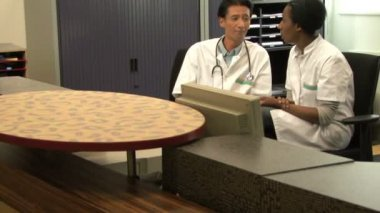 Doctors at reception desk — Stockvideo