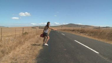 Young woman hitchhiking — Stock Video