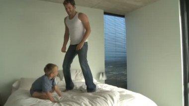 Padre e figlio saltando — Stok video