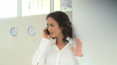 Businesswoman using cell phone — Stock Video