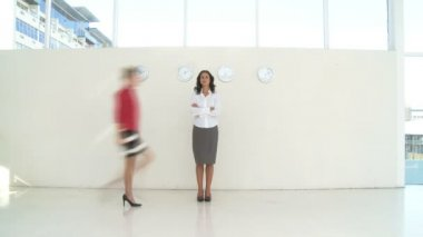Businesswoman standing and people walking past — Stock Video