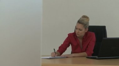 Businesswoman writing in office — Stock Video