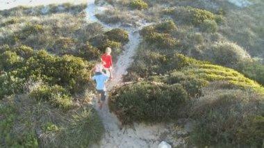 Family walking along beach — Vídeo stock