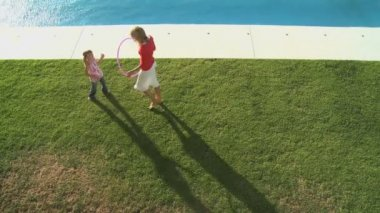 Mother and daughter playing with hoop — Stock Video