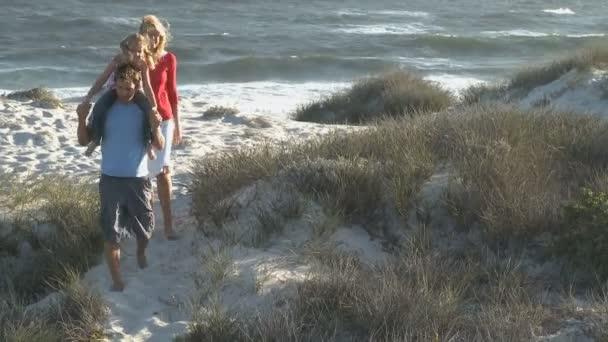 Family walking from beach — Vidéo