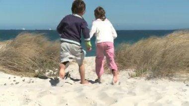 Grandchildren running to the beach — Stock Video