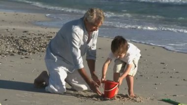 Making a sandcastles on the beach — Stock Video