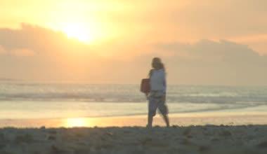 Woman walking along beach — Stock Video