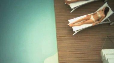 Couple on sun loungers — Stock Video