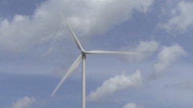 Wind turbine against sky — Stock Video