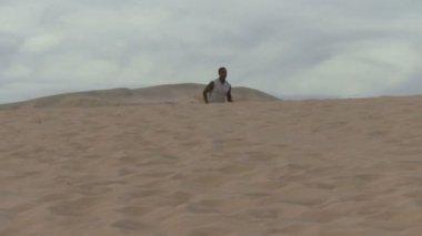 砂漠を通って実行しています。 — ストックビデオ