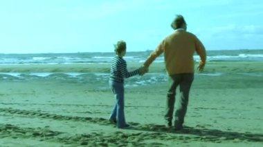父と息子の浜辺 — ストックビデオ